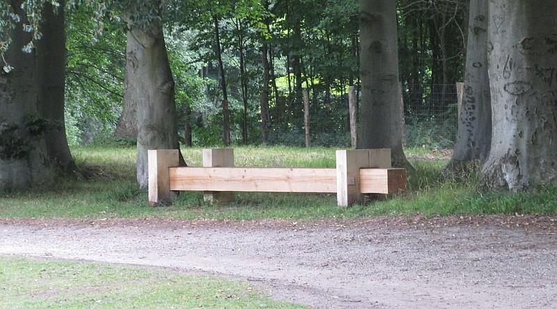 Dette er en af de flotte skulpturelle bænke, som sommeren over har stået i parken ved Jægerspris Slot. Foto: Hornsherred Avis.