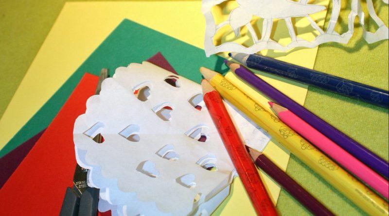 Lørdag den 25. marts kan man klippe gækkebreve på biblioteket i Jægerspris. (PRfoto)