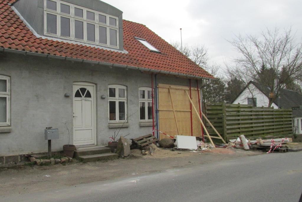 Det var dette hus en traktor kørte ind i. Foto: Hornsherred Avis.