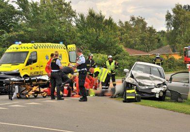 To biler bragede frontalt sammen – tre personer bragt til behandling