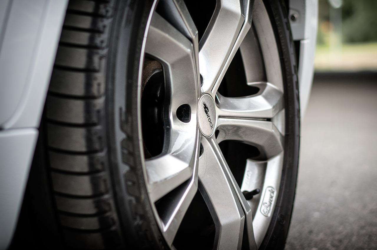 Tre anholdt: Ville stjæle hjul fra bil